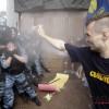 최루액 맞는 우크라이나 경찰···주객전도?