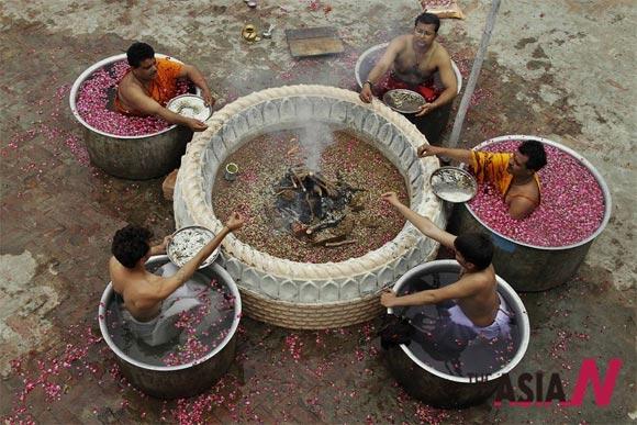 기우제 지내는 인도 힌두 사제들