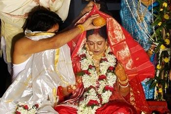 인도, 여성 머리에 바르는 파우더는 빨간색