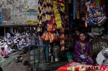 기도 끝나길 기다리는 인도 아이들