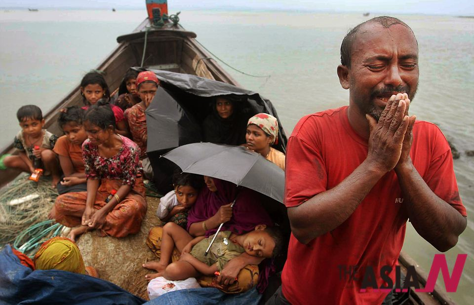 지난 6월13일 분쟁을 피해 가족들과 함께 배를 타고 미얀마를 탈출한 한 로힝야 남성이 방글라데시의 나프 강에서 방글라데시 국경 경비대에 의해 통과를 저지당하자 울면서 간청하고 있다.