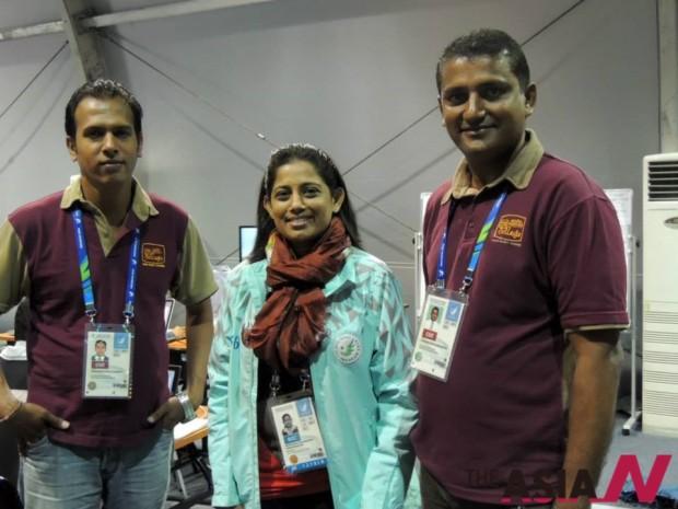 아노마(가운데)와 스리랑카 기자들