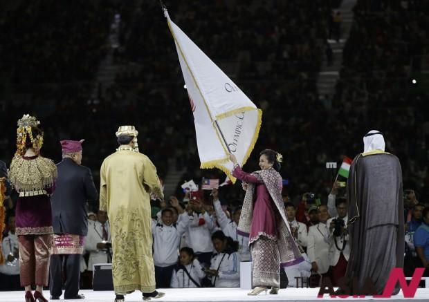 리타 수보우 인도네시아올림픽위원장과 관계자들이 아시아올림픽평의회 깃발을 이양 받고 있는 모습