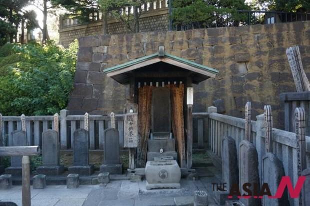 아코낭사 47인의 대장 구라노스케(大石內藏助) 묘. 근동의 주혈로 엄청난 대명당에 자리한다. 대기업 추동도 가능한 자리다.