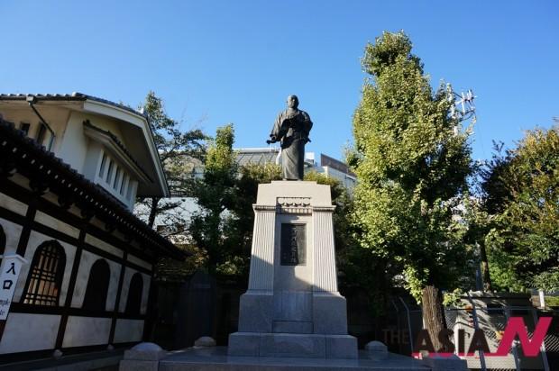 복수극을 주도했던 아코낭사 47인의 대장격인 오오이시이 구라노스케(大石內藏助) 동상. 센가쿠치 사 입구에 세워져 있다. 의인(義人)으로 신격화된 느낌이다.