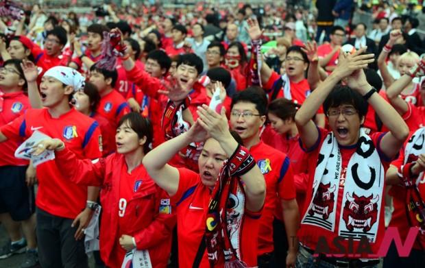 젊음의 원동력은 끊임없는 도전과 꺾이지 않는 신념이다. 이기고 지는 것은 중요치 않다. 이를 통해 자신을 알아가는 과정이 청춘의 특권이다. 사진은 2014년 브라질 월드컵 기간 중 국가대표팀을 응원하는 븕은 악마.