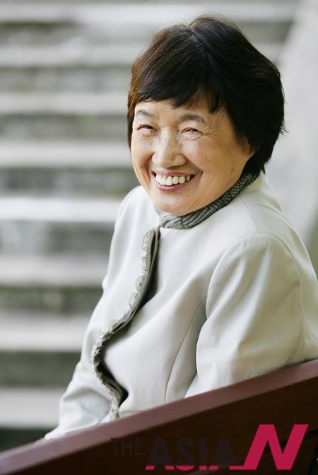 2007년 서울 삼청동의 한 식당에서 열린 작가 박완서의 '친절한 복희씨' 출판기념 기자간담회에서 박완서 작가가 밝은 모습으로 포즈를 취하고 있다.