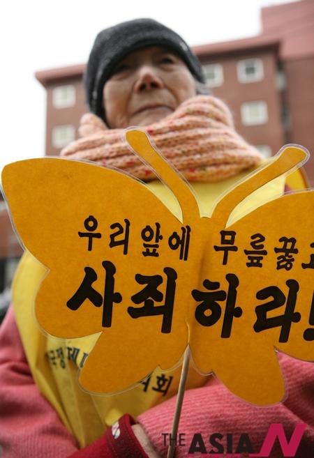서울 종로 일본대사관 앞에서 열린 일본군 위안부 문제 해결을 위한 수요집회에서 위안부 피해자 할머니.