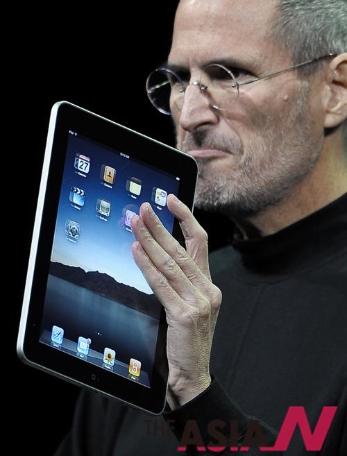 애플의 스티브 잡스 최고경영자(CEO)가 샌프란시스코 예르나부에나 센터에서 9.7인치 태블릿 PC '아이패드'를 소개하고 있다.