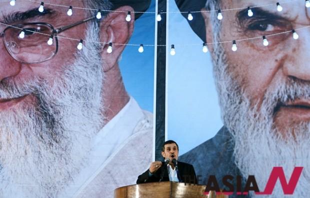 이란 테헤란에서 이슬람 혁명의 지도자인 아야톨라 루홀라 호메이니의 추모 행사에서 마무드 아마디네자드 대통령이 연설하고 있다. 이란혁명 최고 지도자인 호메이니는 지난 1989년 6월3일 사망했다.