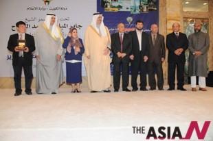 살만 알 하모드 알 사바 쿠웨이트 공보부 장관(왼쪽 두번째)과 라일라 알사반  매거진 편집국장(왼쪽 세번째), 반다르 빈 칼리드 사우디 왕자(왼쪽 네번째), 이상기 발행인(맨 왼쪽) 등 수상자들이 기념촬영을 하고 있다.