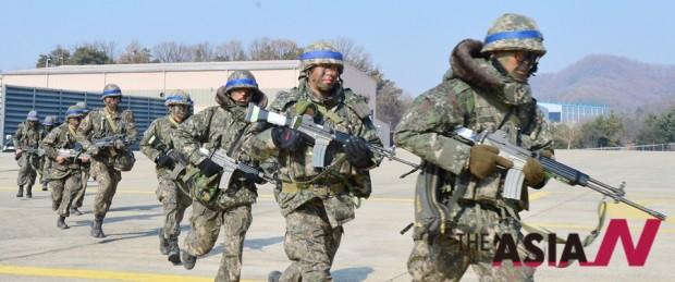 2014년 11월20일 호국훈련에서 육군 26사단 백골·맹호부대 장병들이 CH-47 헬기 공중강습훈련을 하고 있다.