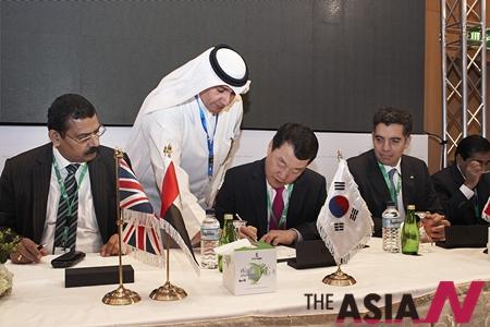쿠웨이트 수도 쿠웨이트 시티 KNPC 본사에서 열린 계약식에서 삼성엔지니어링 박중흠 사장(오른쪽에서 두 번째)이 계약서에 서명하고 있다. 최근 쿠웨이트 기관들과 국내 기업 간 프로젝트 발주가 증가하고 있다.