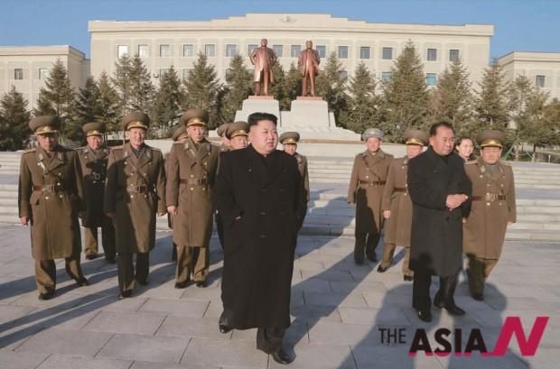 1월13일 김정은 북한 최고사령관이 참모들과 조선인민군 항공 및 반항공군 지휘부를 시찰하고 있다.