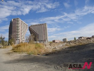 아르메니아 수도 예레반의 고층아파트. 주변의 쓰레기더미가 이 도시의 황폐함을 적나라하게 드러내고 있다.