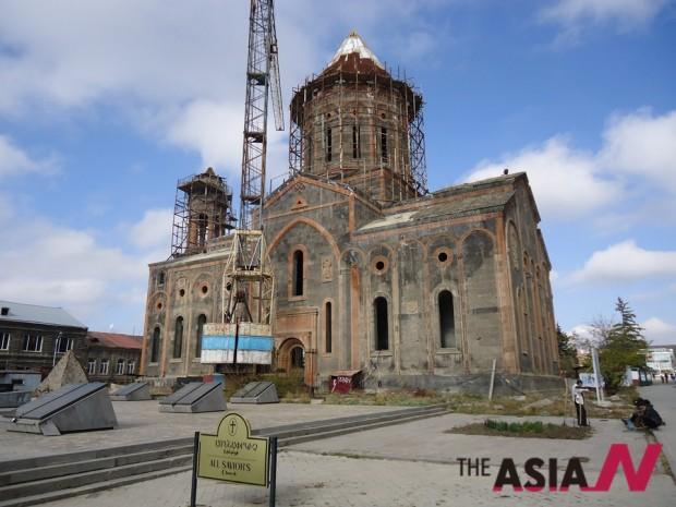 수차례 지진으로 파괴된 후 복원중인 아르메니아 귬리(Gyumry) 대성당.