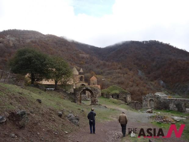4세기부터 17세기까지 정교수도원의 몫을 다하였던 다디방크 수도원. 인종학살이 지나고 간 자리에 오스트리아인 거드와 현지인 로베르토의 굽은 어깨가 그날의 처참함을 대변한다, 산너머는 아제르바이잔의 국경수비대가 자리하고 있다.