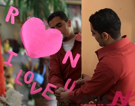 발렌타인데이를 맞은 가자지구 한 팔레스타인 상점 주인이 발렌타인 장식을 하고 있다.