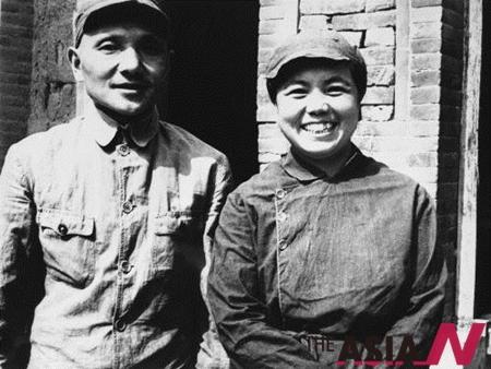 - 등소평과 등소평 부인(주어 린, Zhuo LIn)이 함께 웃고 있는 모습.