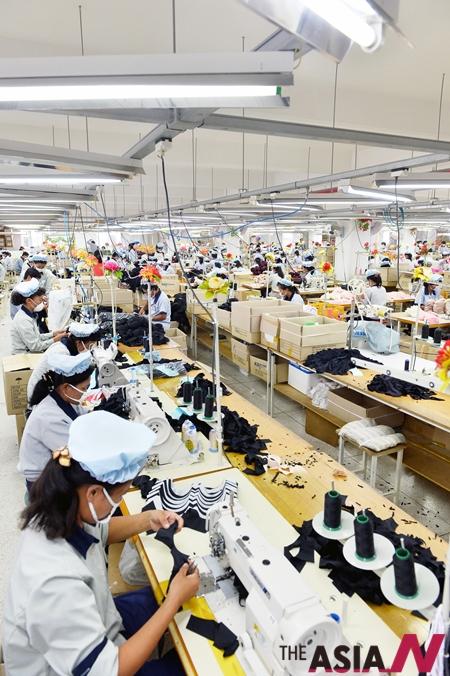 \북한 개성시 봉동리 개성공단 SK어패럴에서 근로자들이 제품을 생산하고 있다.