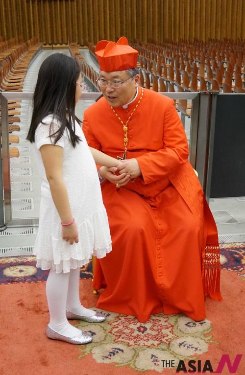 바티칸 성베드로 대성당 바오로6세홀에서 염수정 추기경이 한 어린이와 이야기를 하고 있다.