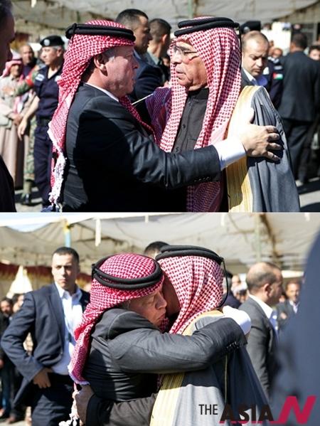 압둘라 2세 요르단 국왕(왼쪽)이 고(故) 무아드 알 카사스베 중위의 고향인 요르단 중부 도시 카락을 방문해 그의 아버지 사피 알 카사스베에게 위로의 말을 전하고 있다.