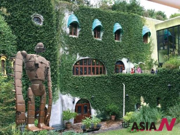 도쿄에 위치한 애니메이션 거장 미야자키 하야오 감독의 지브리 박물관과 그의 작품 '천공의 성 라퓨타' 로보트 동상.