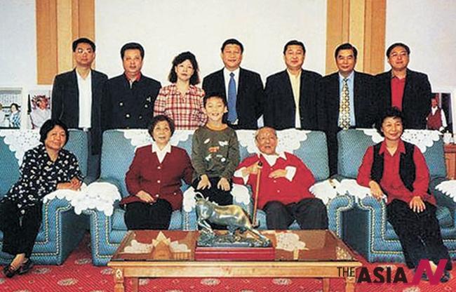 중국 시중쉰 전 부총리 생전에 찍은 가족사진. 오른쪽 끝에 붉은색 옷을 입은 시진핑 주석의 큰누나 시차오차오가 포즈를 잡고 있다. 오른쪽 끝에 윗줄 가운데가 시 주석, 오른쪽이 동생 위안핑, 그 옆이 큰 매형 덩자구이, 시주석 왼편이 둘째 누나 안안 부부. 아래 줄 중앙은 시중쉰 부부. 왼쪽은 고모다.