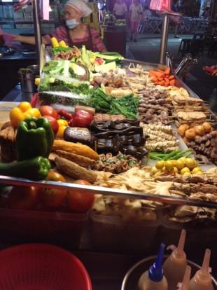 대만 타이베이 야시장의 한 포장마차. 야시장의 싸고 맛 좋은 음식들은 행인의 발길을 사로잡는다.