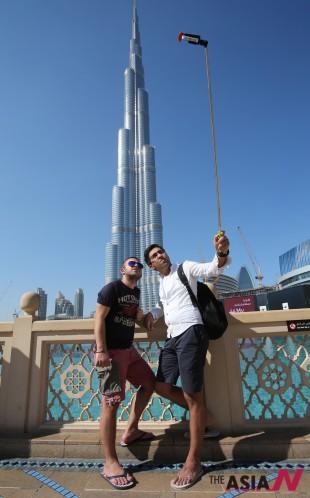 두바이 랜드마크 부르즈 할리파 앞에서 셀카를 찍고 있는 관광객들.