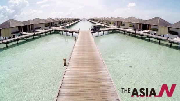 몰디브의 바닷가에 펼쳐진 수상가옥들.