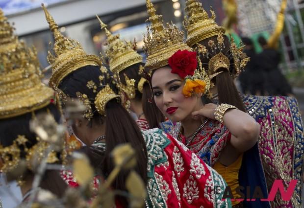 태국 전통의상을 입은 무용수들이 방콕 시내에서 전통축제를 벌이고 있다.