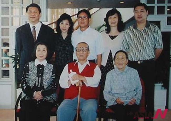 중국 시중쉰 전 부총리 의 직계가족사진.  뒷줄 오른쪽 부터, 시진핑 주석, 작은 누나 안안, 큰형 푸핑, 큰누나 차오차오, 동생  위안핑. 아랫줄 오른쪽은 시중쉰의 누이인 고모.  큰형 푸핑(정닝)이 함께 하고 있는 것으로 보아 98년 이전의 사진이다.