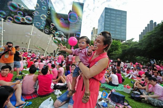 싱가포르 홍림 공원에서 시민들이 핑크도트 페스티벌을 즐기고 있는 모습. 싱가포르는 높은 생활 수준을 자랑하는 도시국가다.