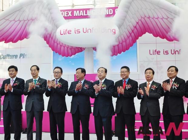 2014년 12월11일 서울 강남구 코엑스몰 센트럴 플라자에서 열린 '코엑스몰 그랜드 오프닝 세리머니'에 참석한 내빈들. 한덕수 현 회장(왼쪽에서 두번째), 사공일(왼쪽에서 세번째), 이희범(왼쪽에서 네번째) 등 전임회장들의 모습이 보인다.
