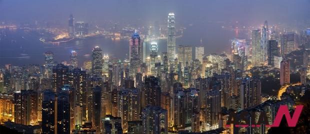 홍콩 시내 야경. 거대한 마천루 뒤의 바다가 운치를 더한다.
