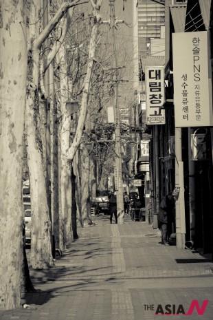 성수동 거리. '자그마치' 갤러리카페와 정미소였던 대림창고 2층을 리모델링한 '스튜디오 창고'가 있다.