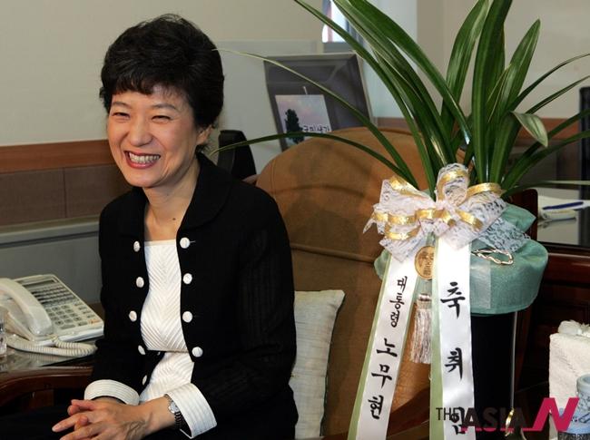 2004년 당시, 한나라당 박근혜 대표가 노대통령의 난화분을 전달하기 위해 찾은 청와대 김병준 전 정책실장과 대화를 나누고 있다.