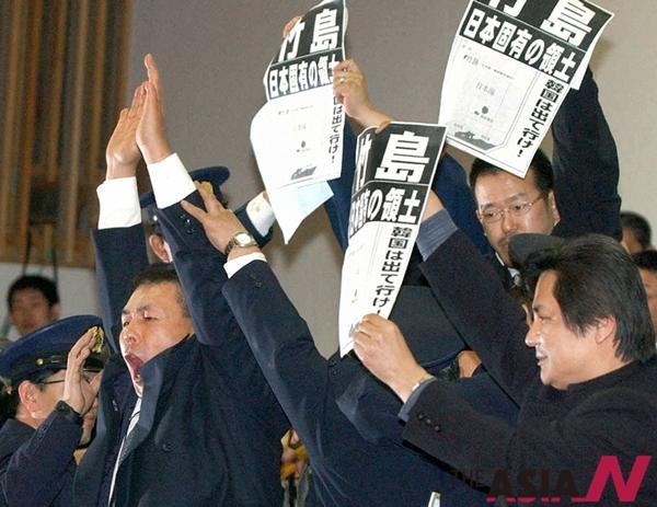 일본 시네마현의회가 2005년 3월16일 본회의를 통해 '다케시마의 날' 조례안을 가결하자 방청객들이 일제히 환호하고 있다.