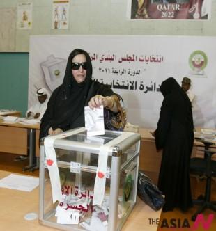 카타르 여성시민이 투표를 하고 있다.