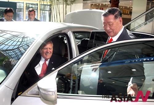 2011년 10월17일 한국을 공식 방문한 네이슨 딜 조지아 주지사가 정몽구 회장의 안내로 현대·기아차 본사 로비에 전시된 에쿠스에 탑승하고 있다.