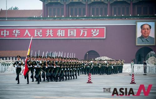 2011년 베이징 톈안먼(天安門) 광장에서 중국 공산당 창건 91주년을 맞아 국기 게양식이 열리고 있는 가운데 중국군 의장대가 국기를 호위한 채 행진하고 있다.