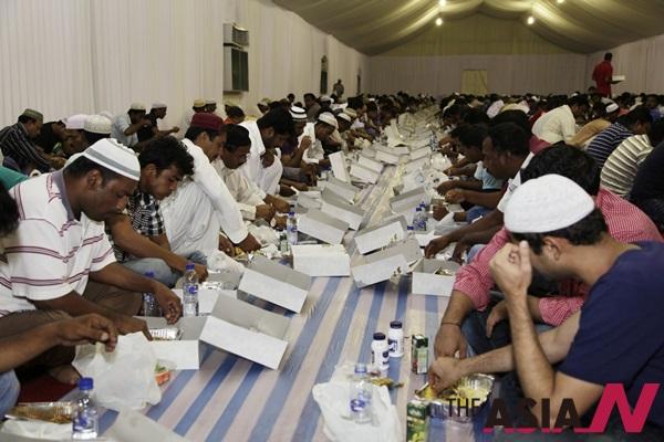 라마단 첫날, 아랍에미레이트 아부다비의 이슬람 신자들이 첫 식사를 하고 있다.
