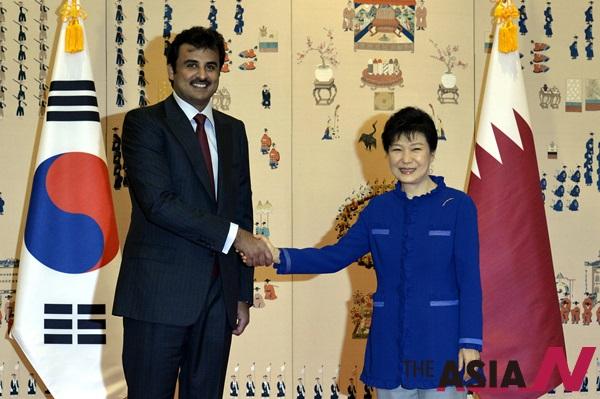 5일 오후 청와대에서 박근혜 대통령이 국빈방한한 쉐이크 타밈 빈 하마드 알 싸니 카타르 국왕을 영접, 기념촬영을 하고 있다.