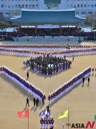 육군사관학교에서 열린 제71기 졸업식에서 졸업생도와 재학생도가 화랑대별을 만들고 있다.