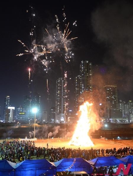 서울 영등포구 오목교 안양천에서 열린 정월대보름 민속놀이 축제에서 시민들이 달집태우기를 구경 하고 있다.