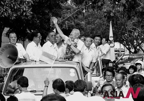 1988년 9월11일 싱가포르 리콴유 당시 후보가 총리 재선에 성공한 뒤 시민들에게 손을 흔들고 있다.