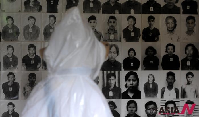 킬링필드는 폴포트가 이끄는 크메르루즈군이 캄보디아를 공산화한 후 농업적 공산주의 사회를 주장하면서 전국민의 1/4인 200-300만명의 반대세력과 지식인들을 학살한 사건이다