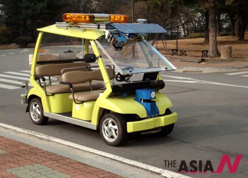 2009년 12월 한국과학기술연구원(KIST) 한홍택 원장은 인지로봇연구단 강성철 박사팀이 빌딩이나 나무숲으로 인해 GPS 신호가 정확하지 않은 도심에서 자율주행이 가능한 전기자동차 셔틀 KUVE (KIST Unmanned Vehicle Electric)를 개발하는데 성공했다고 밝혔다.