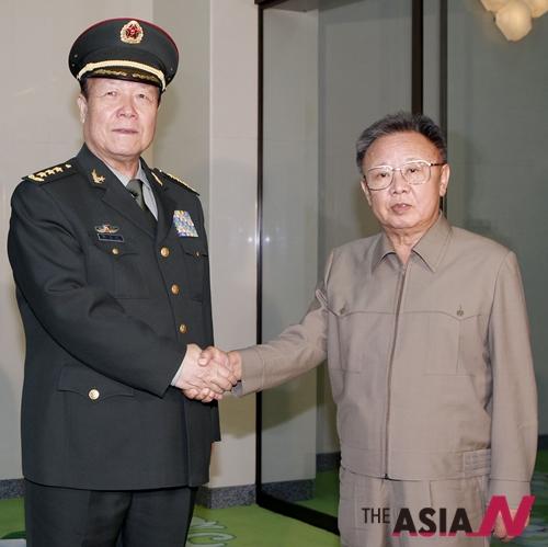 김정일 전 국방위원장(오른쪽)이 2010년 평양에서 중국 궈보슝  당시 중앙군사위원회 부주석을 만나 악수하고 있다.